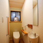 トイレ2:天井に張った青森ヒバの羽目板の香りが広がる森林浴トイレ。ケイソウ土の壁の塗り分けも素敵です。