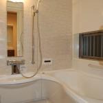 バスルーム:明るい色でコーディネートされたバスルーム。白いバスタブは肌触りも滑らかで気持ち良いです。
