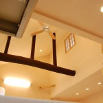 吹き抜け:キッチンから吹き抜けを見上げたら、かわいらしい子供部屋の小窓が見えます。