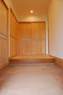 玄関ホール:どーんと広い玄関ホール。土間はタタキ風に、壁・天井はもちろんけいそう土の塗り壁です。何もない、素材が生きている空間でお客様を迎えます。