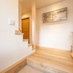 玄関ホール(1):ホールと階段の壁をなくすことで、玄関ホールを広く見せる効果があります。