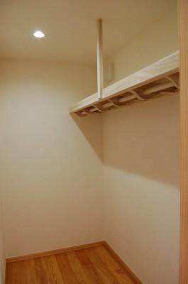 クローゼットの棚は桐でつくりました。壁はけいそう土塗り。自然の防虫効果と調湿効果で大切な衣類も安心です。