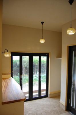 玄関1:玄関はコートが掛けられるクローク付き。玄関横の大きな窓からは素敵なお庭が見えます。