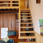 ロフト:ロフトに続く階段。デザインと安全性を考慮して一段一段大工さんが刻んで取り付けました。