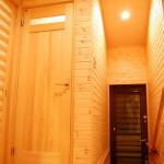 廊下:左はリビング、右はお母様の寝室。正面にはトイレと勝手口。その時々で家族の距離を調整できる廊下です。