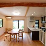 ダイニング:天井の丸太梁は解体のときに出てきたものを再利用。ダイニングからは家庭菜園が見えます。