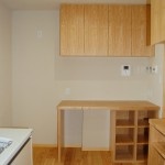 キッチン2:冷蔵庫のスペースとパソコンコーナー。棚の幅はA4トレイが入るようにというご希望で設計。