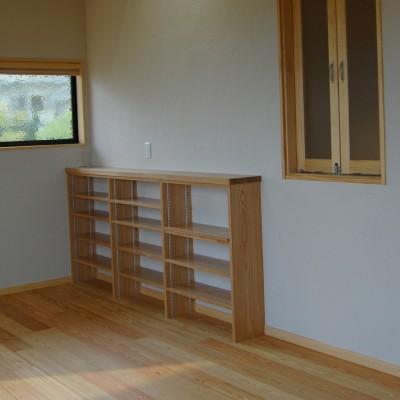 LDK:リビングのコーナー部分には木楽オリジナル造り付けの木の棚。本屋やDVDなど入れるものによって高さが自由に変えられる棚は収納量をグッとアップします。