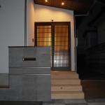 玄関(1):夜遅く帰っても玄関は人感センサで明かりが灯ります。