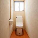 トイレ:明るいトイレは清潔感を感じさせます。床のリノリウムシートは土足にも耐えれるのでゴシゴシお掃除もできます。