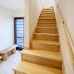 玄関ホール(2):階段手すりも自然塗料のオイル仕上げなので木のぬくもりが感じられます。