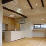 キッチン1:キッチンの上にはお家を解体した時に出てきた丸太の梁。