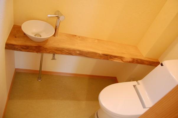 トイレ:木楽オリジナルの手洗いカウンター。クスの一枚板です。クスの木のスゥ~っとした爽やかな香りがするトイレは、お客様も喜んでくれそうです。